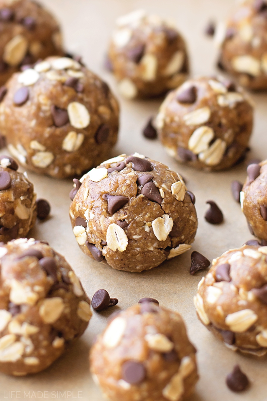 No-Bake Chocolate Chip Cookie Dough Energy Bites (gluten-free, dairy-free, naturally sweetened) | lifemadesimplebakes.com